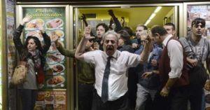 Camarero protegiendo manifestantes en Madrid
